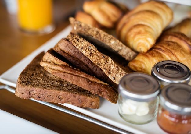 Pasteles caseros en el desayuno de un hotel