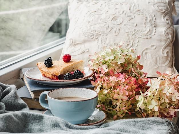 Pasteles caseros frescos y aromáticos. primer plano, vista lateral. concepto de alimentación saludable y sabrosa