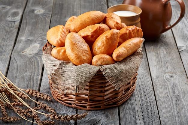 Los pasteles caseros del horno yacen en la cesta. productos de panadería tradicional.
