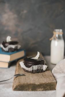 Pasteles de chocolate con tenedor en tablero de madera