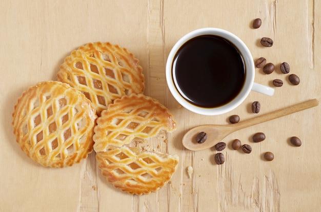 Pasteles cubiertos de celosía con relleno de manzana y taza de café
