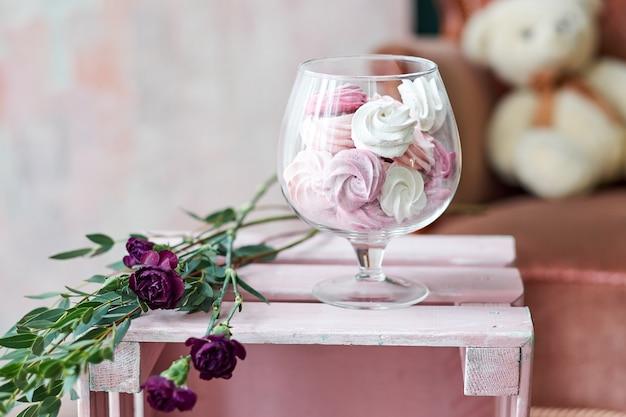 Pasteles dulces en un jarrón de vidrio .. regalo en un hermoso paquete