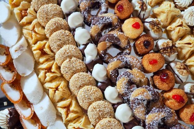 Pasteles de fantasía en la mesa de banquete