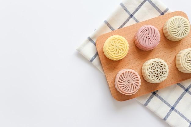 Pasteles de luna coloridos en mesa plana laicos