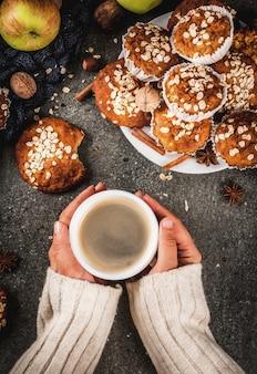 Pasteles de otoño invierno. comida vegana. galletas saludables, magdalenas con nueces, manzanas, copos de avena.