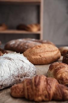 Pasteles y pan con harina en la mesa