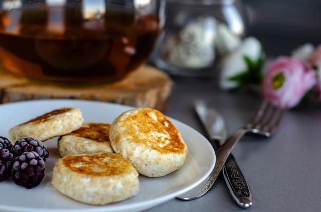 Pasteles de queso de queso cottage con moras para el desayuno saludable.