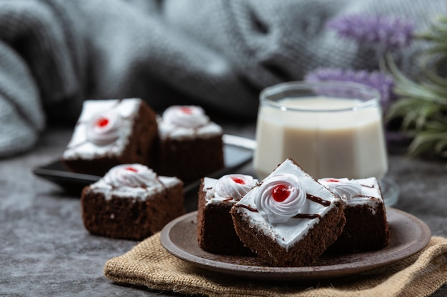 Pasteles de vainilla y chocolate cortados en hermosas piezas decorativas.