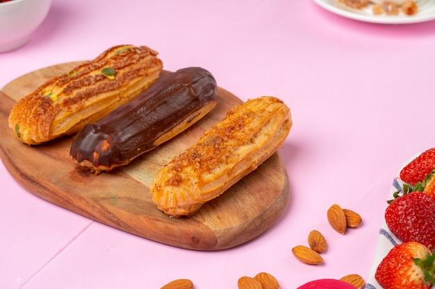 Pastelitos caseros en mesa rosa