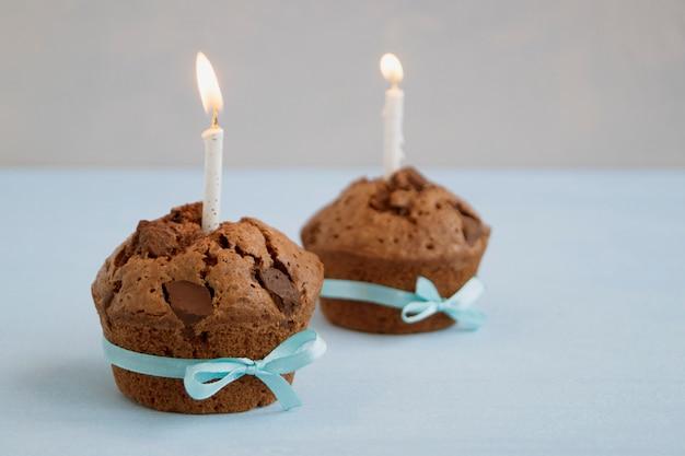 Pastelitos de chocolate con trozos de chocolate. pastel hecho en casa.