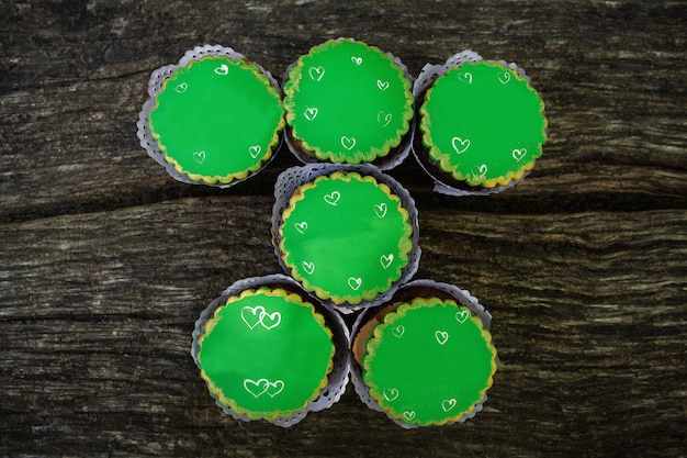 Pastelitos verdes sobre fondo de madera, dulces para el día de san patricio