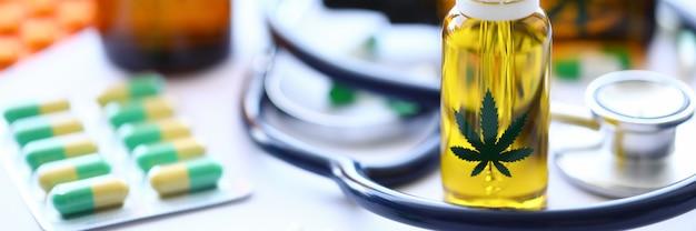 Las pastillas de aceite de estetoscopio de marihuana están sobre la mesa