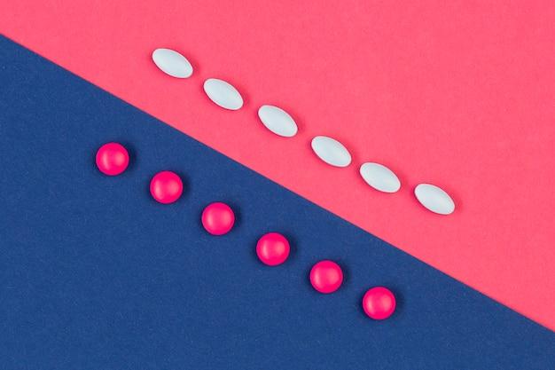 Pastillas blancas y rosadas en el escritorio