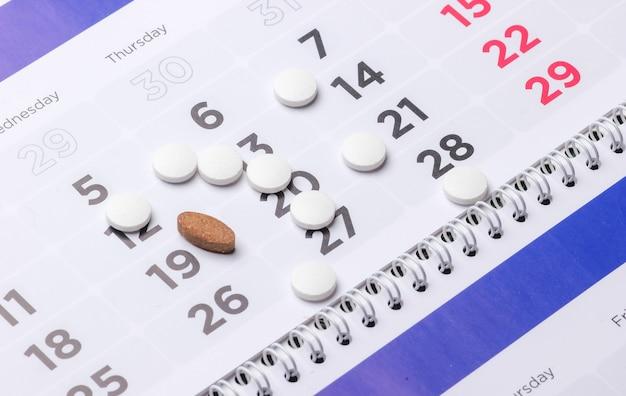 Pastillas en el calendario. concepto de medicina sanitaria.