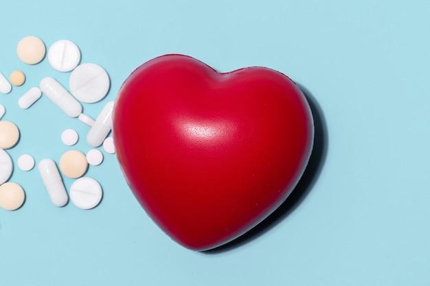 Pastillas y corazón rojo