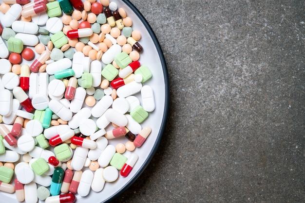 Pastillas, medicamentos, farmacia, medicina o medico en placa.