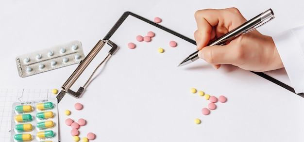 Pastillas en la mesa del médico. medicina, tratamiento, enfermedad. medicamentos en tabletas.