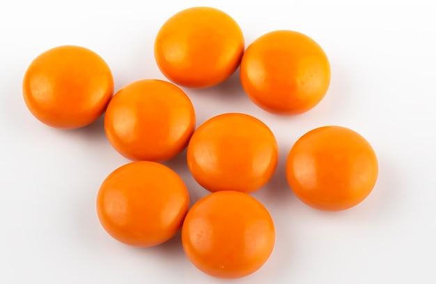 Pastillas de naranja. aislado en un blanco