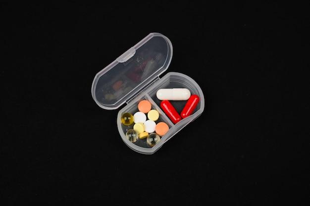 Pastillas en pastillero, aislado