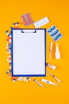 Pastillas con soporte de papel, agujas, termómetro y pastillas.