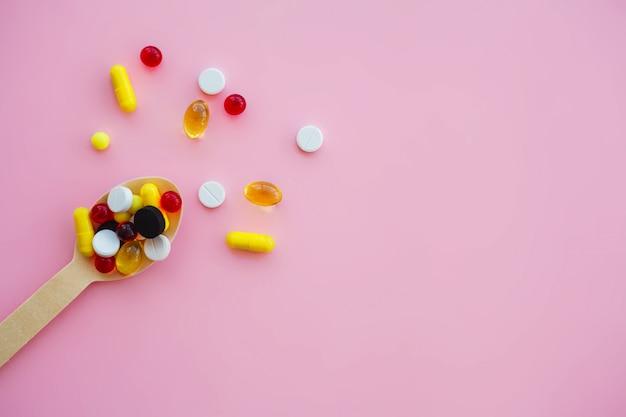 Pastillas tema de farmacia, píldoras de cápsulas con antibióticos medicinales en paquetes