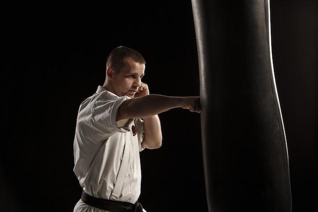 Patada de karate en un saco de boxeo