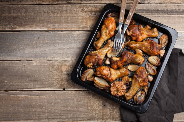 Patas de pollo al horno con cebolla.