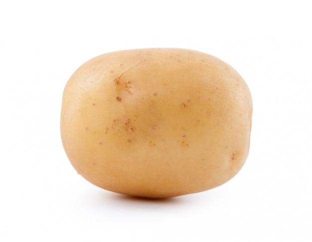 Patata amarilla cruda aislada en blanco