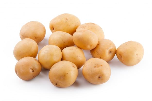 Patata amarilla cruda aislada en el fondo blanco