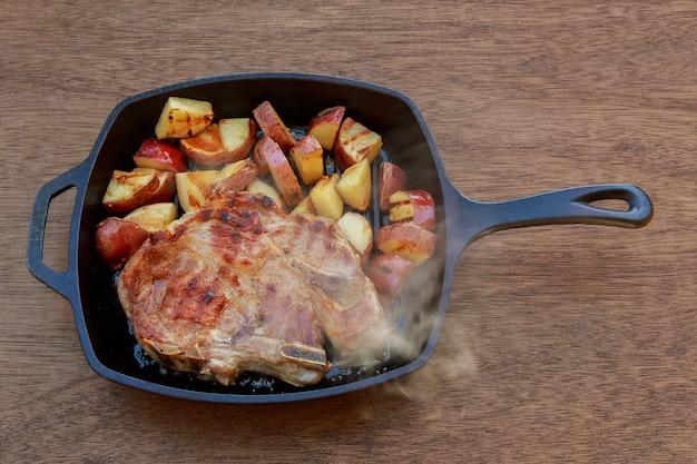 Patata de bistec de cerdo en cebolla blanca de pueblo