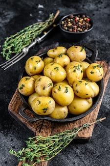 Patata hervida con mantequilla en una sartén