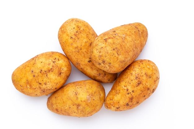 Patatas aisladas sobre fondo blanco. endecha plana. vista superior.
