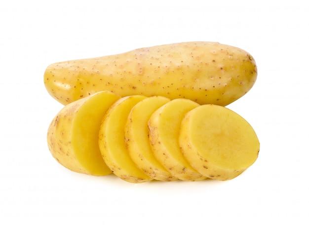 Patatas aisladas sobre fondo blanco.