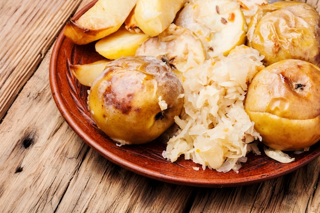 Patatas al horno, manzanas y chucrut.