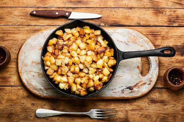 Patatas asadas en sartén de hierro