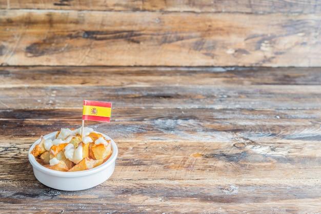Patatas bravas con salsa tipica