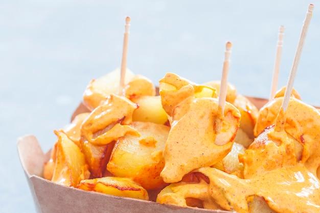 Patatas bravas tradicionales españolas para llevar