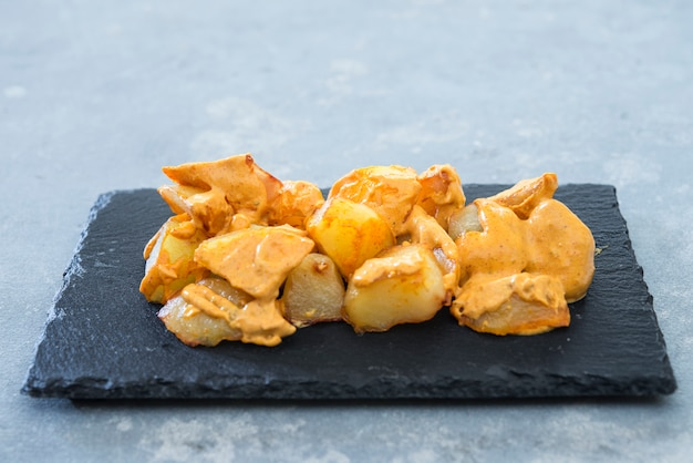 Patatas bravas tradicionales papas españolas merienda tapas