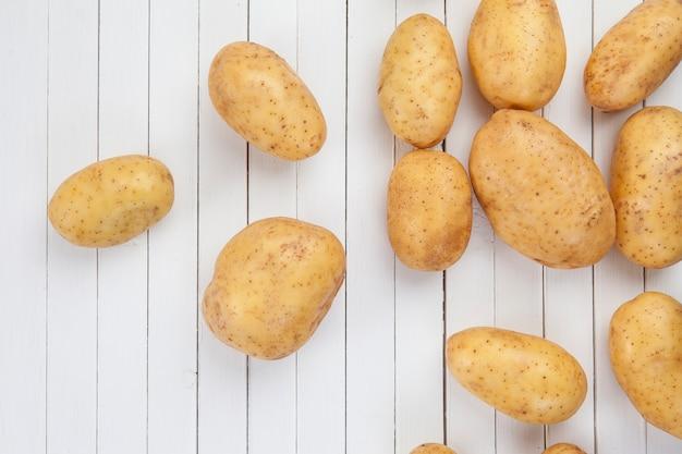 Patatas crudas en pizarras blancas