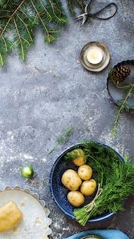 Patatas frescas y masa de tarta en la cocina