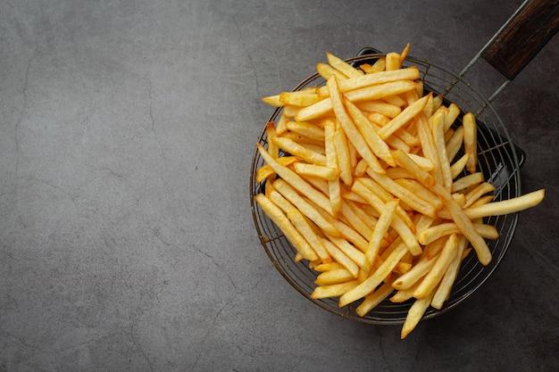 Patatas fritas crujientes con salsa de tomate y mayonesa.