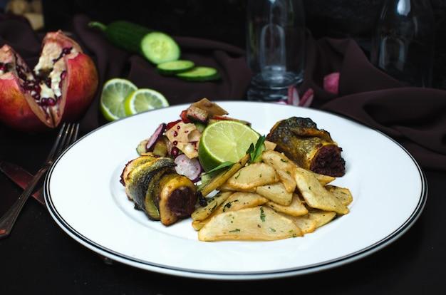 Patatas fritas y rollo de pescado relleno