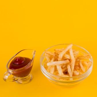 Patatas fritas y salsa de ketchup