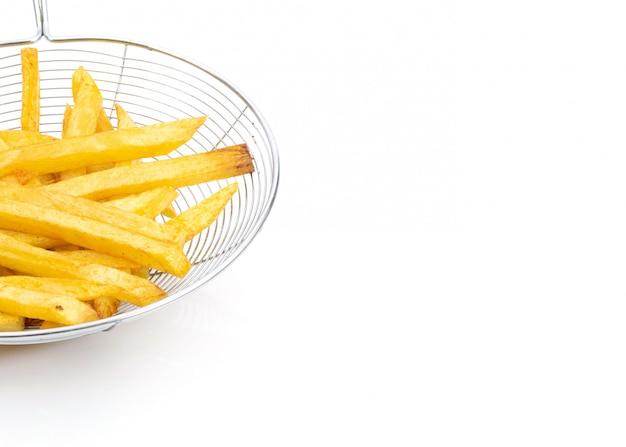 Patatas fritas sobre fondo blanco y espacio libre