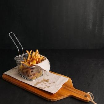 Patatas fritas en tabla de madera