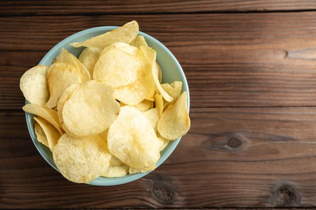 Patatas fritas en un tazón sobre una mesa de madera.