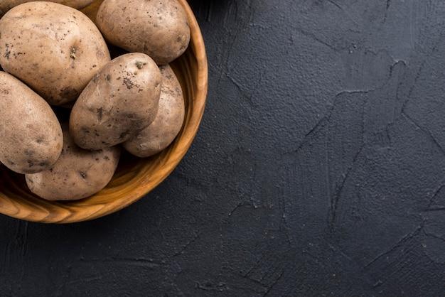 Patatas orgánicas en un tazón con espacio de copia