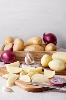 Patatas recién peladas, listas para cocinar. ingrediente para la receta