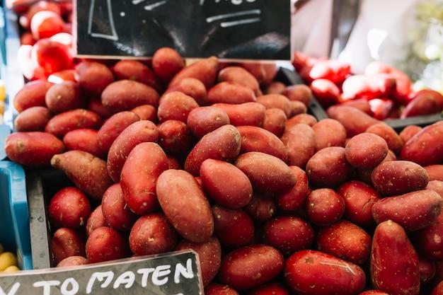 Patatas rojas a la venta en el puesto del mercado.