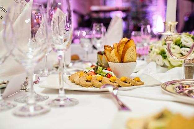 Paté de foie gras con galletas y bayas. banquete en un lujoso restaurante.